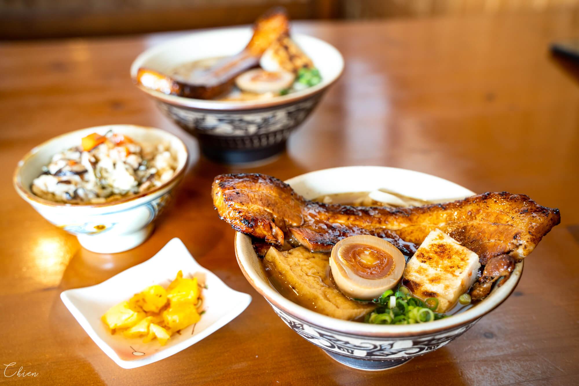 沖繩北部「島豚家」配料豐富的炙燒豬肉沖繩麵、沖繩炊飯