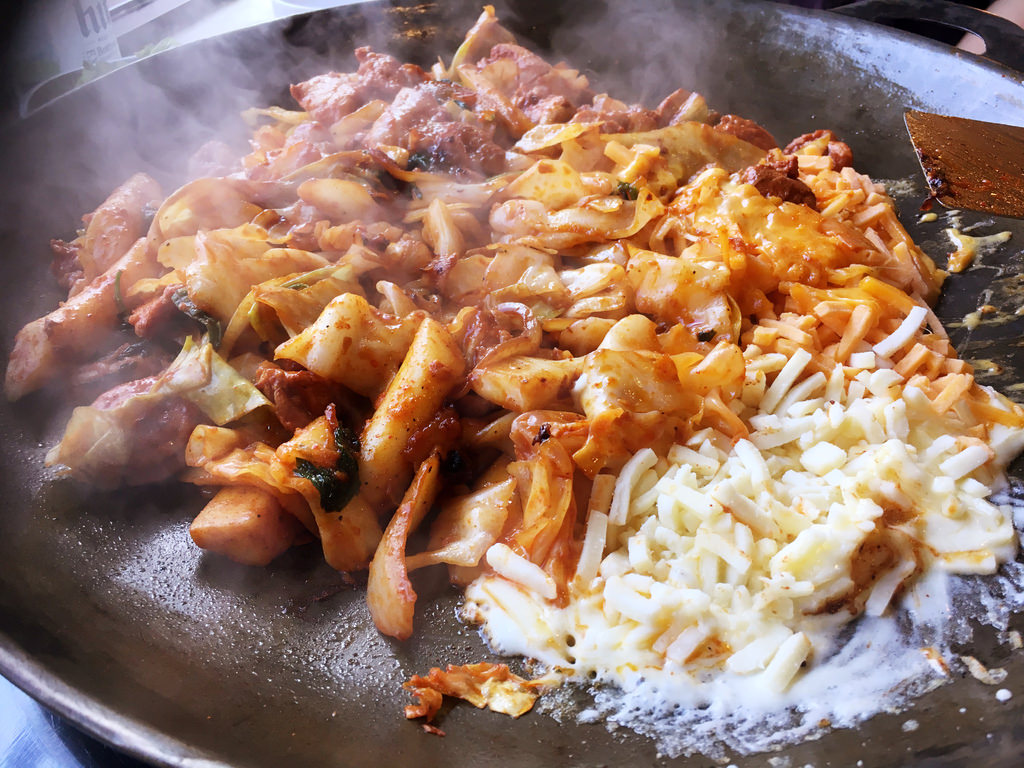 【韓國首爾】홍대닭갈비 弘大辣炒雞排 加起司好吃、服務親切中文通